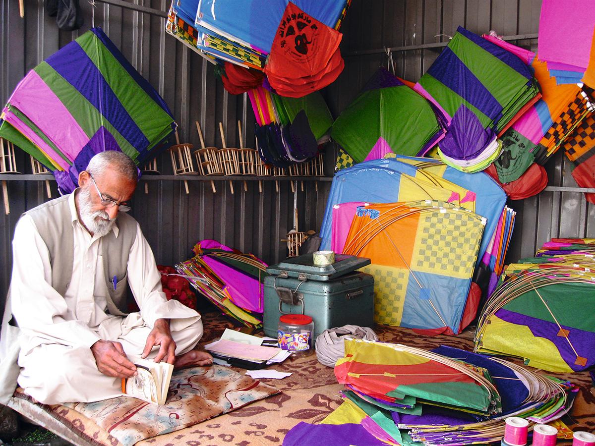 Um vendedor de pipas em Badakhshān, em imagem de 2011: o Talibã, quando chegou ao poder nos anos 1990, baniu jogos e brincadeiras