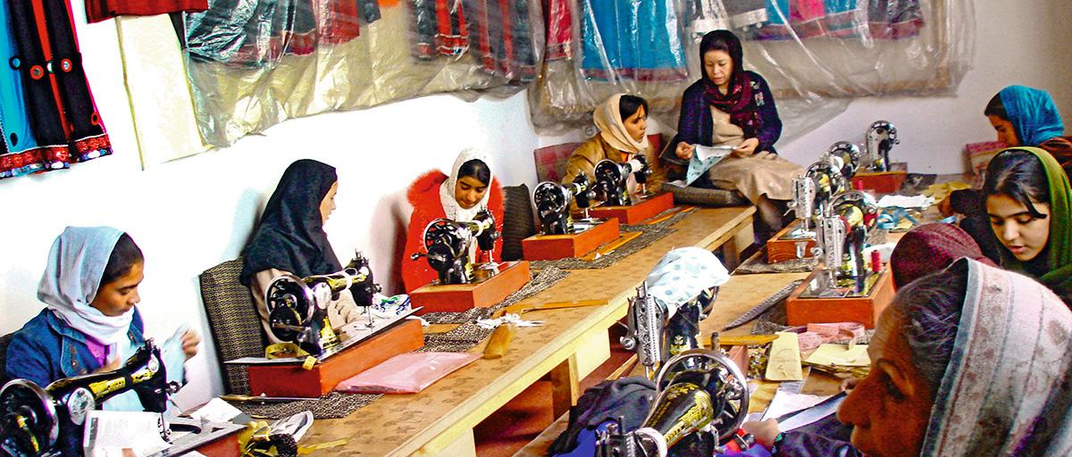 Durante os anos da ocupação norte-americana, mulheres afegãs aprendiam a costurar como forma de obter renda: antes, a mão de obra feminina era banida do mercado de trabalho