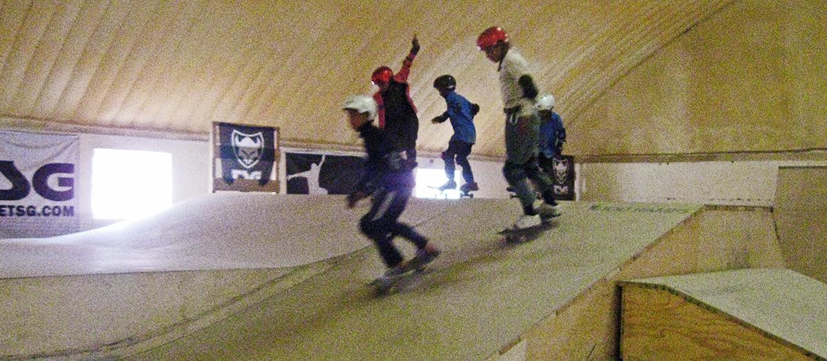 Uma imagem de 2011 do projeto Skateistan, no qual meninos e meninas participavam de atividades esportivas