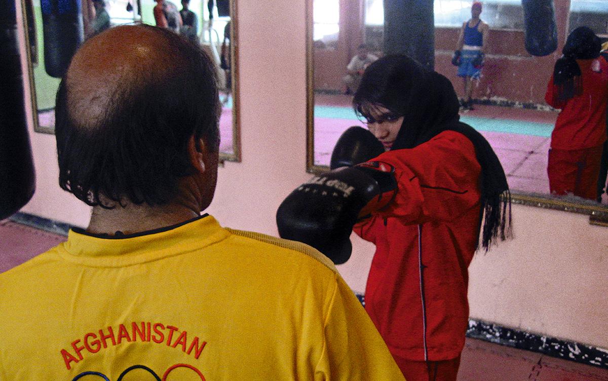 Uma garota da equipe feminina afegã de boxe treina no estádio em 2008: neste local, durante o primeiro regime do Talibã, mulheres eram executadas