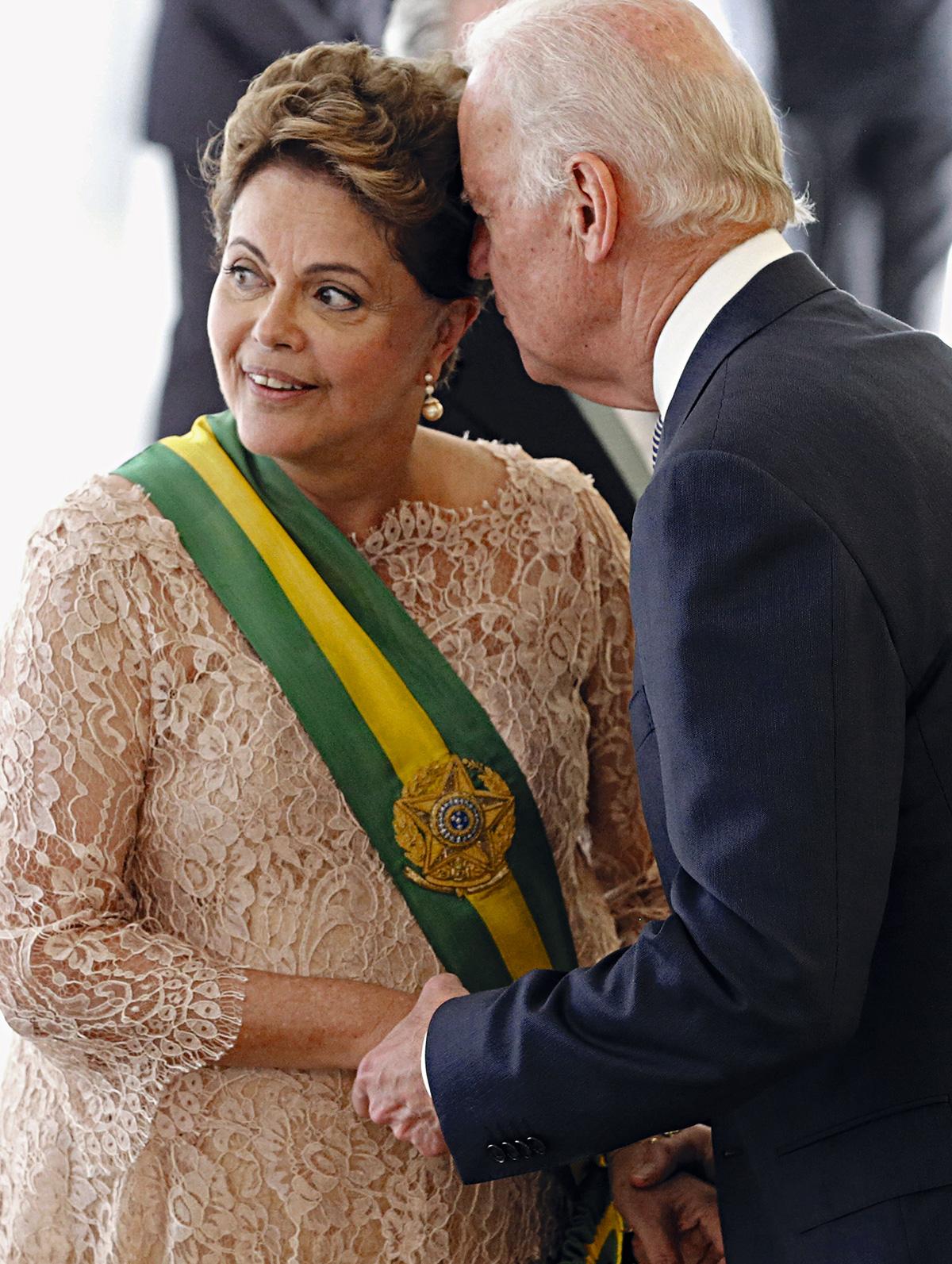 Biden com Dilma, na posse do segundo mandato: o receio é de que os paralelos com o levante de 6 de janeiro em Washington se tornem óbvios demais para que a Casa Branca siga em silêncio