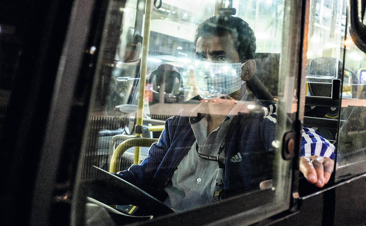 Motorista na Vila Madalena, em São Paulo: durante a pandemia houve um aumento no número de motoristas e cobradores com transtornos psicológicos, provocados pelo medo que eles têm de levar o vírus para casa, e também de serem demitidos