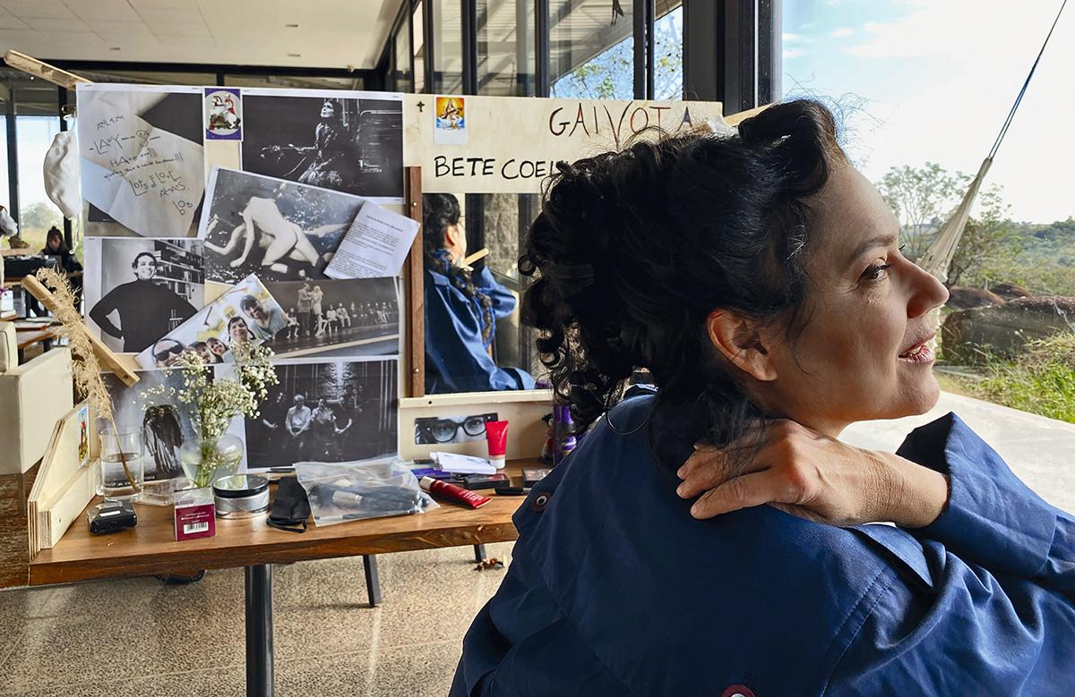"""A atriz e diretora Bete Coelho no sítio de Itu, no interior paulista, onde filmou a peça de Tchékhov: """"Enfeitamos os camarins com flores que mais pareciam plumas brancas de uma gaivota"""""""