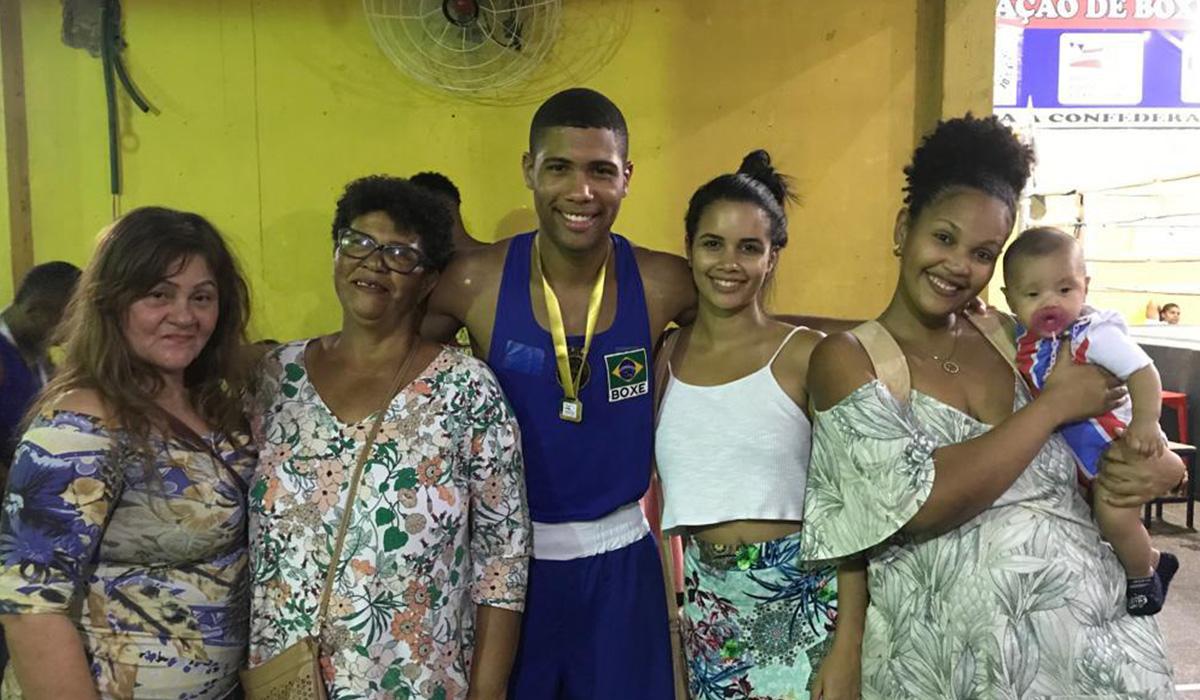 Em casa: Hebert William com Nina Carvalho, amiga da família, Ieda, mãe do atleta, a noiva, Hellen Fernandes, e a irmã, Nayrã Letícia, com o filho no colo