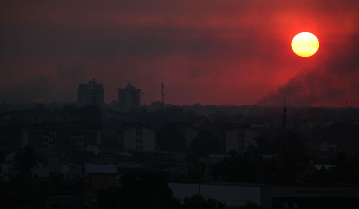 Horizonte tomado por fumaça de queimadas em Rio Branco (AC)