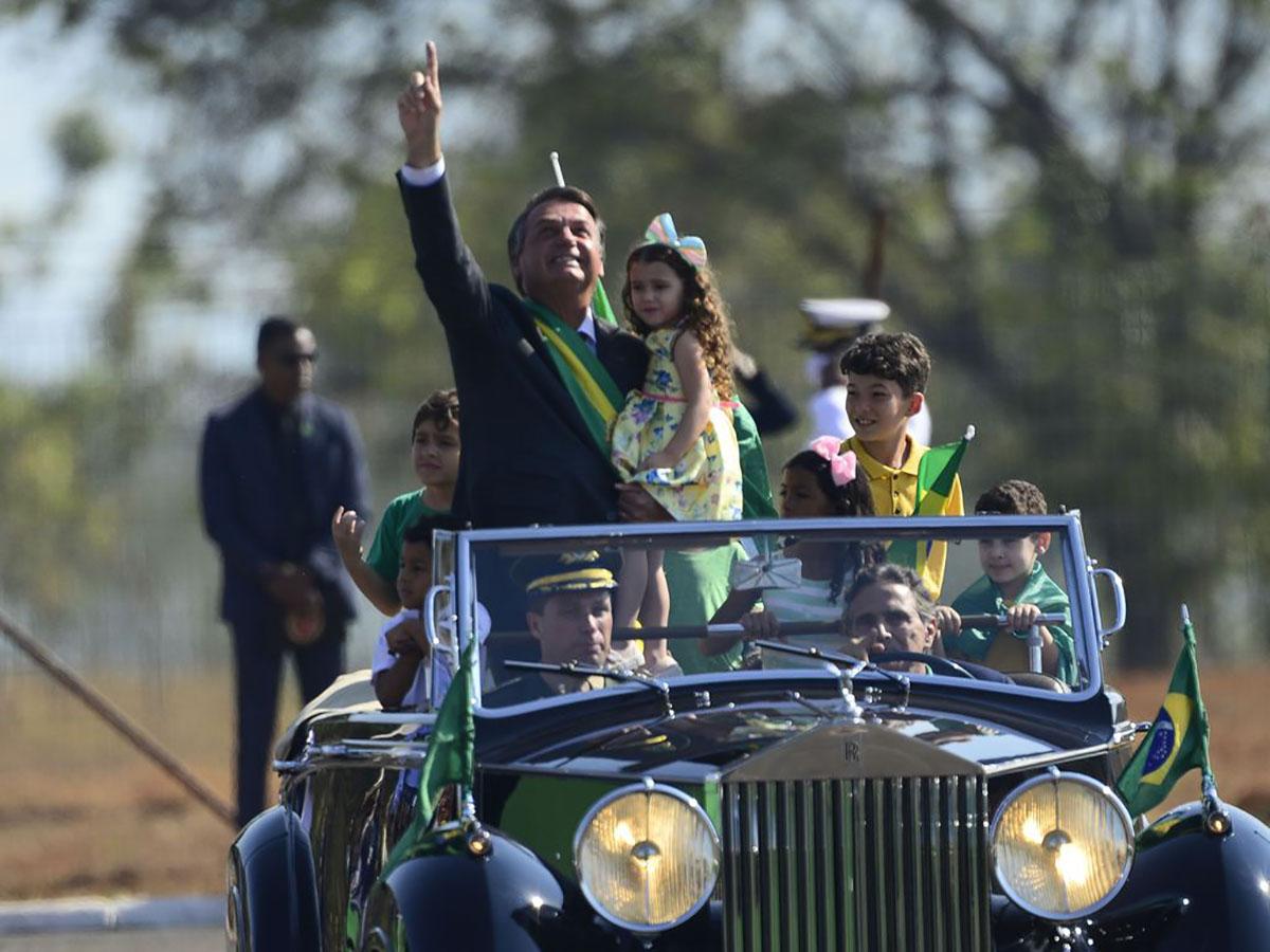 Bolsonaro desfila em  Brasília –