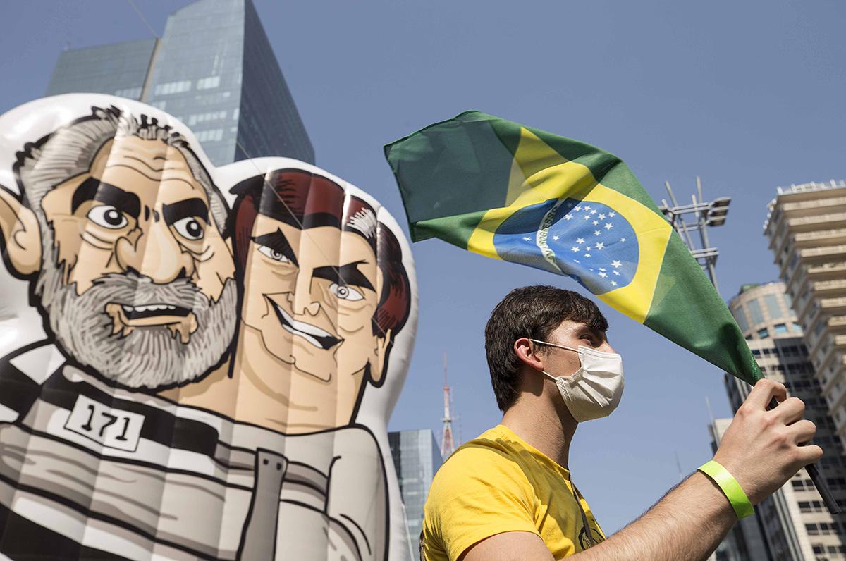 Boneco inflável que repudia Lula e Bolsonaro marcou os protestos convocados pelo MBL, nesse domingo