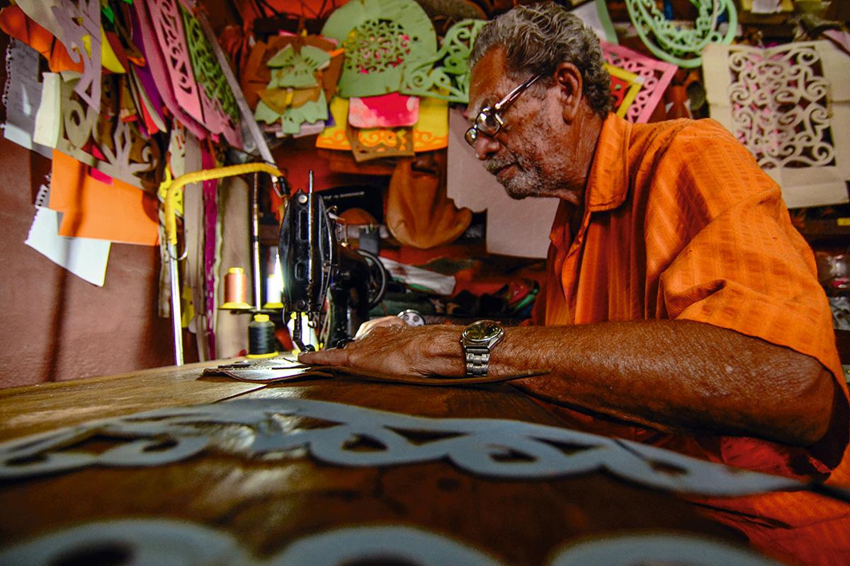 O mestre Espedito, enquanto trabalha com couro