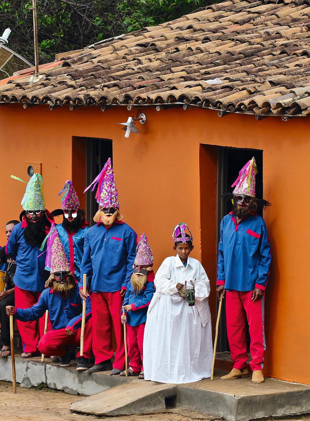 Um grupo de reisado diante da casa do mestre Antônio Luiz