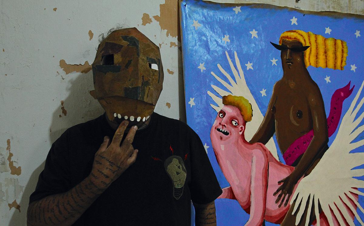 Ronaldo Fraga, usando uma máscara feita na região