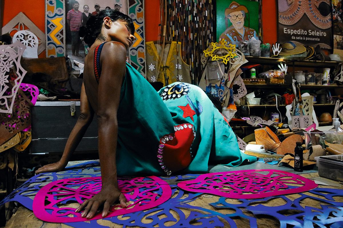 Suyane Moreira, no ateliê do mestre Espedito